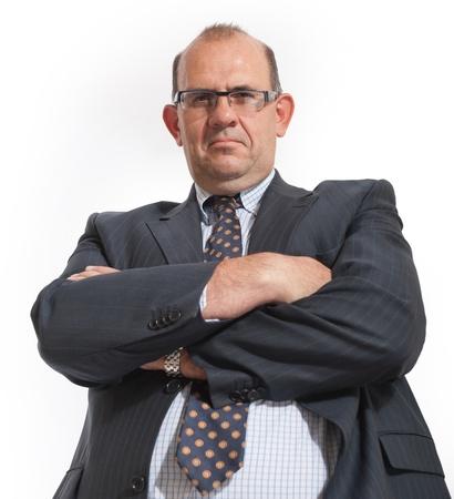 personne en colere: Imposer l'homme dans le v�tement d'affaires avec les bras crois�s Banque d'images