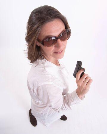 mujer con pistola: Vista aérea de una mujer con un arma de fuego Foto de archivo