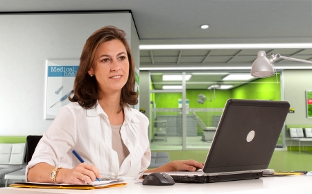 administrative: Mujer administrativo del hospital en un centro m�dico moderno