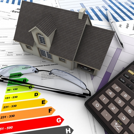 risparmio energetico: Una casa in cima a un tavolo con la forma richiesta di ipoteca, calcolatrice, progetti, ecc