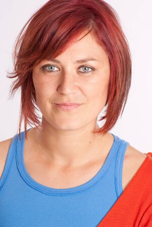 Casual rouge attractive portrait aux cheveux de femme