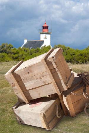bonne aventure: Les caisses en bois au bord de la mer par un phare