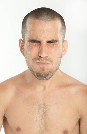 nackte brust: Expressive junge Mann hielt den Atem an
