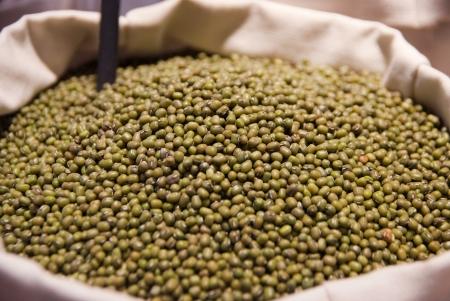 greengrocer: Secas soja verde en una bolsa en la verduler�a