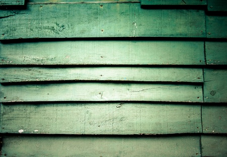 weather beaten: Vicino colpo su una parete in legno verniciato verde