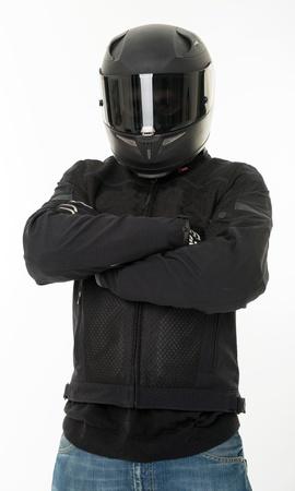 casco de moto: Bicker en negro vestido con su casco de protecci�n Foto de archivo