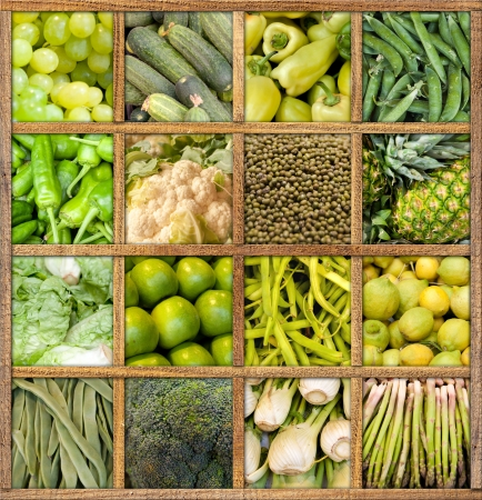 verduras verdes: Composición de las frutas y hortalizas enmarcado en madera