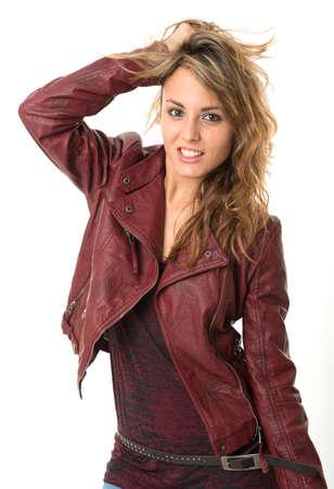 chaqueta de cuero: Rebelde mujer busca joven en la chaqueta de cuero
