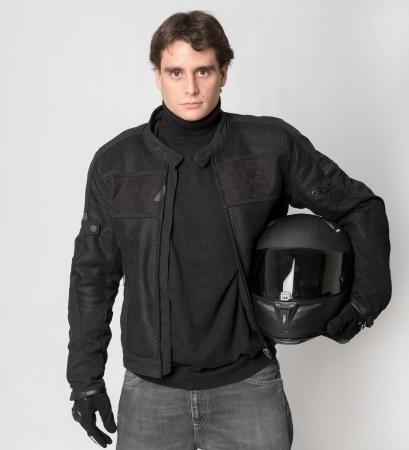 tough: Bicker de negro sosteniendo su casco Foto de archivo