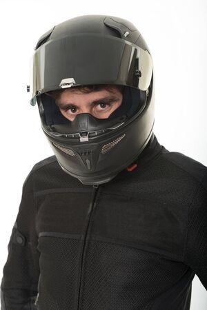casco moto: Bicker en negro vestido con su casco Foto de archivo