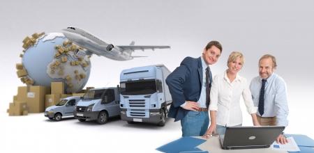 국제 운송의 맥락에서 컴퓨터 주위에 작업 팀 스톡 콘텐츠