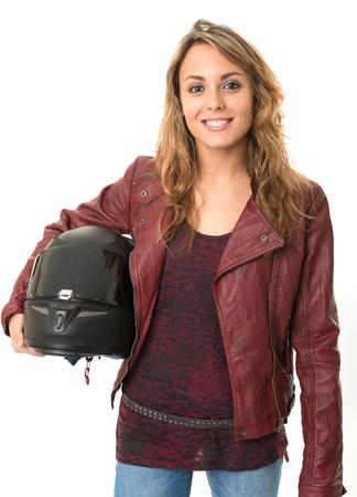 Biker joven mujer sosteniendo un casco protector