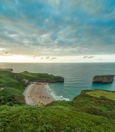 ocas: Paisaje verde, azul océano y hermosa cala salvaje