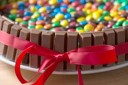 bonbon chocolat: g?teau de bonbons au chocolat attach? avec un ruban