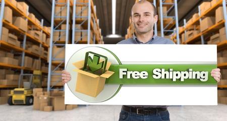 Un hombre que sostiene un tablero de envío gratis en un almacén de distribución Foto de archivo - 20846586