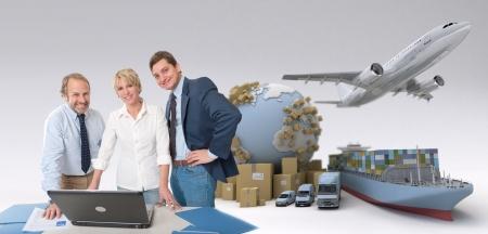 export and import: Equipo de trabajo alrededor de una computadora en un contexto internacional de transporte
