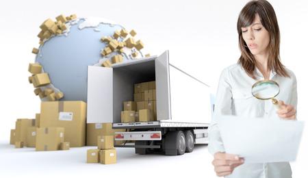 국제 운송의 컨텍스트에서 돋보기를 통해 문서를 검사하는 여자 스톡 콘텐츠
