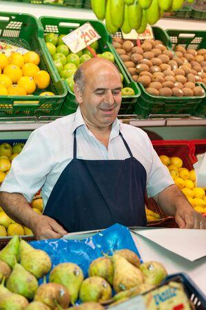 greengrocer: Fruta y verdura en el puesto del mercado