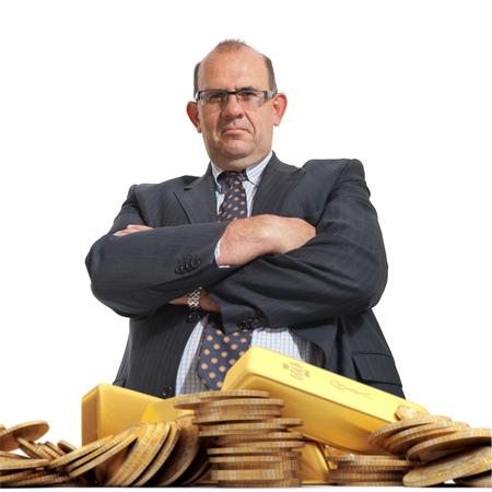 cash money: Hombre de aspecto enojado y una pila de oro