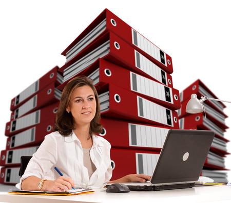 femme assise: Femme assise � son bureau avec des tas de bague Banque d'images