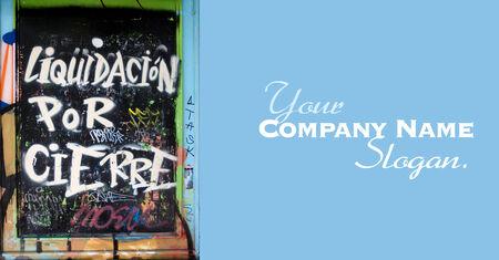 cerrando negocio: Urbano graffiti en la pared de un negocio de cierre