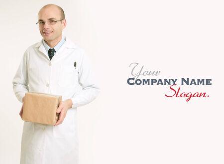bata de laboratorio: Hombre sonriente en una bata de laboratorio que lleva un paquete