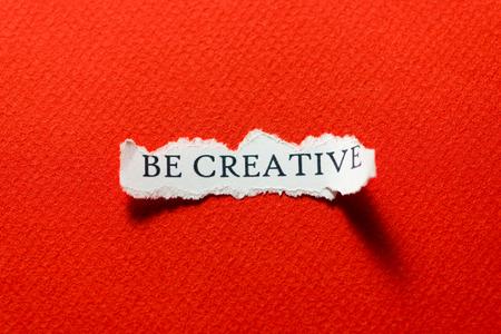 Een stuk papier met het motto, wees creatief