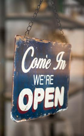 ventana abierta: Ven en que estamos se�al abierta en una ventana de la tienda Foto de archivo