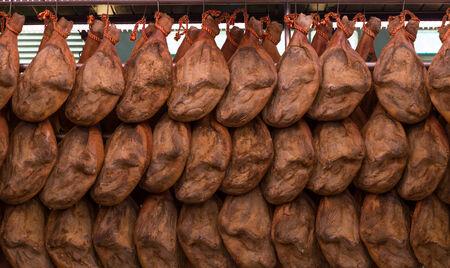 jamones: Jamones espa�oles que cuelgan en el mercado Foto de archivo