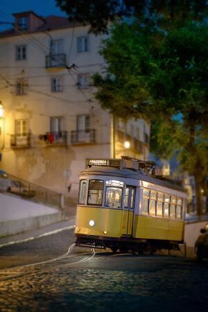 en mont�e: Tramway en mont�e � Lisbonne, tard dans la nuit Editeur