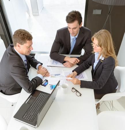 menschen sitzend: Drei Gesch�ftsleute auf einer Sitzung Lizenzfreie Bilder