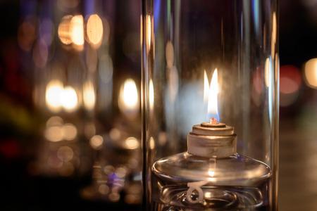 오래 된 shinning 오일 램프와 아름 다운 배경