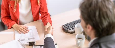 Männliche und weibliche Geschäftsleute Händeschütteln