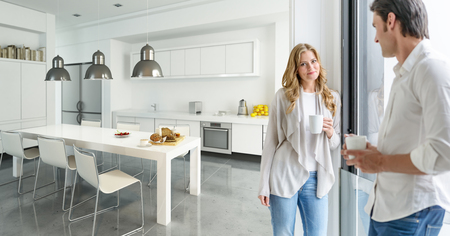 Jonge paar drinken koffie in een moderne keuken Stockfoto
