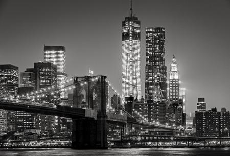夜の黒・白の街並み。金融地区、ダウンタウン マンハッタン (マンハッタン) ブルックリン橋の眺め。ニューヨーク マンハッタンの高層ビルのスカ