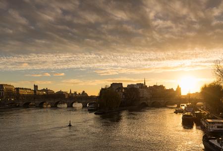 ile de la cite: Winter sunrise on the Ile de La Cite, Pont Neuf and the Seine River in the 1st Arrondissement of Paris, France Stock Photo