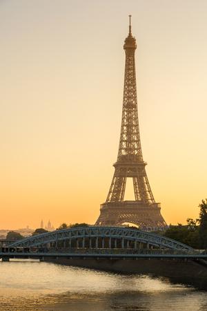 sacre coeur: la lumière du lever du soleil chaud sur la Tour Eiffel et de la Seine à Paris, France. La vue comprend le Pont Rouelle et au loin, la basilique du Sacré-C?ur (Sacré-Coeur).