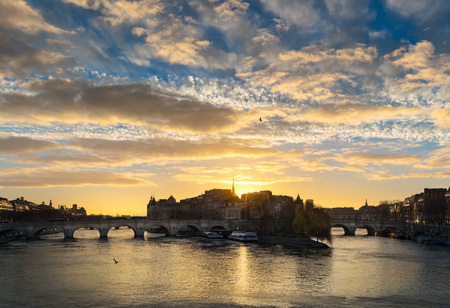 ile de la cite: Sunrise and cloud formations over the Seine River in central Paris. The Pont Neuf links Ile de la Cite and the Left and Right Banks. France Stock Photo