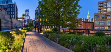 Hooglijnpanorama bij schemering met stadslichten, verlichte wolkenkrabbers en hoogbouw. Chelsea, Manhattan, New York City