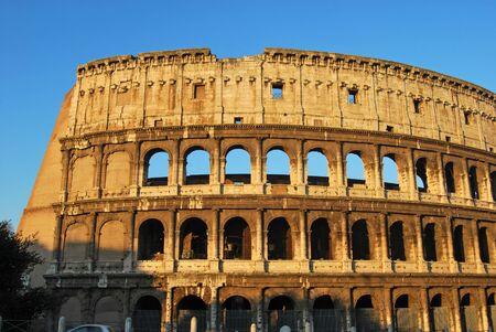 spqr: Una impactante imagen del Coliseo de Roma, al amanecer