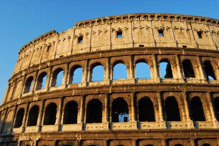 spqr: Una impactante imagen del Coliseo de Roma en la madrugada Foto de archivo