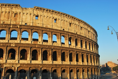spqr: Una suggestiva immagine del Colosseo di Roma all'alba Archivio Fotografico