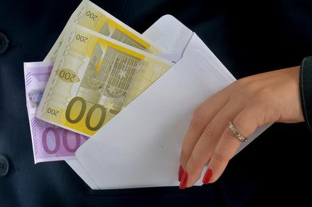 arrogancia: Un soborno lleno de dinero resuelve todos los problemas