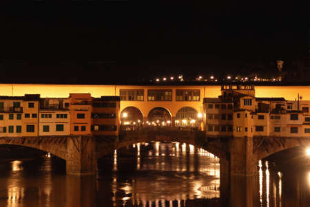 ponte vecchio: Night view of the famous Ponte Vecchio in Florence