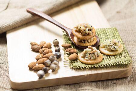 cibo sano, cereali Craker in cucchiaio di legno