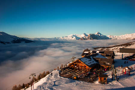 Building with Snow and Cloud looking over the swiss alps Zdjęcie Seryjne