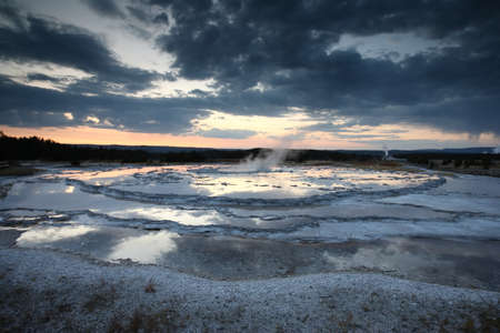 Great Fountain Geyser in the Lower Geyser Basin at Yellowstone National Park Imagens