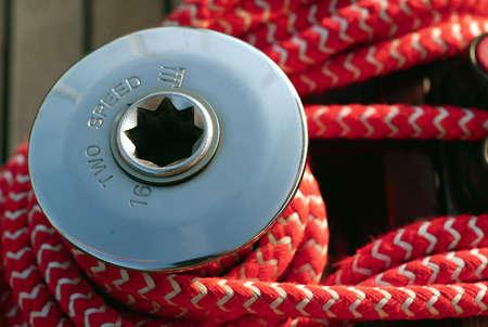 Eine Winch an Bord von einem Segelboot