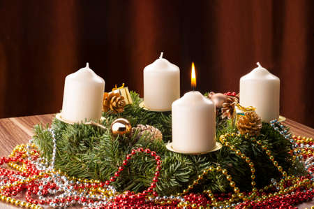 Advent+Adventskranz. Die erste Advents Kerze brennt und Leuchtet.