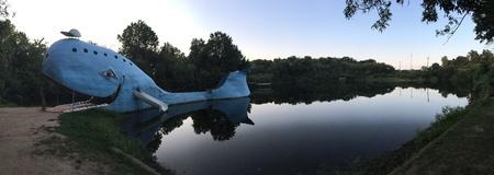 ballena azul: La ballena azul agujero de natación en la ruta 66 Foto de archivo